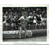 1986 Press Photo Mel Hall is applauded by fans as he stands on third base