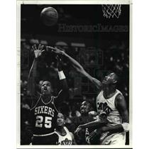 Press Photo John Williams goes over Roy Hinson to swat at shot by 76ers.