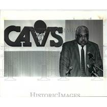1991 Press Photo Wayne Embry announces Cavs Head coach Lenny Wilkens re-signed