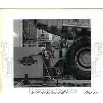 1989 Press Photo Employees of the Pacific Power Co loading explosives to cargo