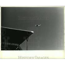 1986 Press Photo 4-seat Piper Archer aircraft passed over County Stadium