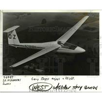 1987 Press Photo Gary Boggs flies over the countryside near Scappoose