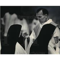 1985 Press Photo Father Bill McDonnell, a former hostage, distributed communion