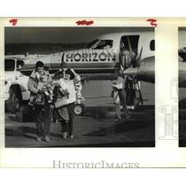 1984 Press Photo Air passengers unload at Horizon Airlines - ora99104