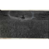 1975 Press Photo Jim Stutesman Flies Plane Crop Dusts Geral Lemke Farm