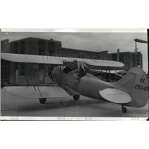 1940 Press Photo Maurice Irving Smith, a student, climbs into new advanced plane