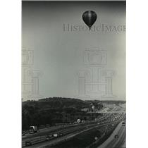 1985 Press Photo Hot Air Balloon Over Interstate 94 in Waukesha County Wisconsin