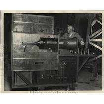 1928 Press Photo Prof. Sorensen shown with cold cathode ray oscillograph