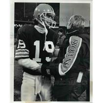 1990 Press Photo Browns QB Bernie Kosar congratulates head coach Jim Shefner