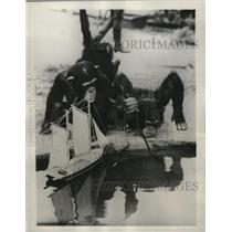 1938 Press Photo George and Babu, London Zoo's prize chimps, play with toy boat