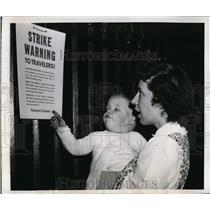 1946 Press Photo New York Mrs. G.P. Averill and son take note of rail strike NYC