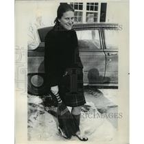 1970 Press Photo Svetlana Alliluyeva clearing some snow at her Princeton home