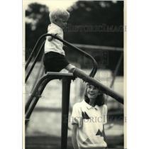 1987 Press Photo Kay Langford Warren watching her son, David Clayton, play