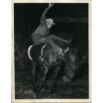 1948 Press Photo New York Bud Smith riding Bar None during MSG Rodeo NYC