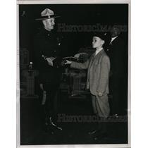 1934 Press Photo New York Henry Elser shakes hands with Canadian mountie NYC
