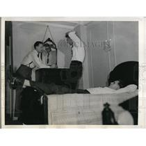 1946 Press Photo New York Syracuse basketball players relax in hotel NYC