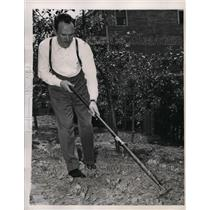 1946 Press Photo New York George Kriloff, conductor on strike, in his garden NYC