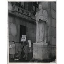 1946 Press Photo New York Building workers on strike at Columbia University NYC