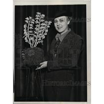 1934 Press Photo New York Anna Dahl shows off rare orchid, Int. Flower Show NYC