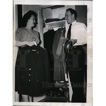 1946 Press Photo New York Conductor George Kriloff puts away suit on strike NYC