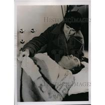 1936 Press Photo Officer Earl Reed in hospital with is wife after shooting