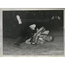 1935 Press Photo Howard Stoddardof and William Shilveis wrestle during meet