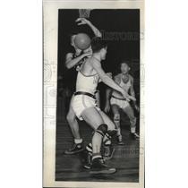 1947 Press Photo NYU's Joe De Bonis fights with Duke's Ed Koffenberger for ball