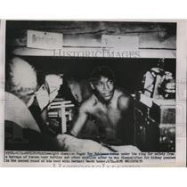 1951 Press Photo Middleweight boxing champ Sugar Ray Robinson hides under ring