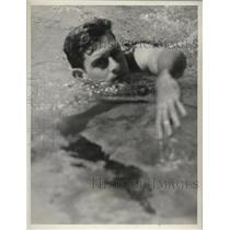 1937 Press Photo Swimmer Ralph Flannigan swims laps in the pool - nes50283