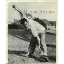 1939 Press Photo Elden Auker Demonstrates Pitch, Boston Red Sox - mjx01595