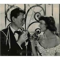 "1950 Press Photo Margaret Sullivan & Wendell Corey in ""No Sad Songs for Me"""