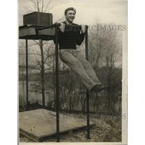 1928 Press Photo Light heavyweight boxing contender Joe Sekyna doing chin-ups