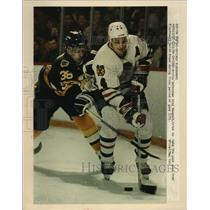 1990 Press Photo Bruins' defenseman Greg Hawgood, Blackhawks' Keith Brown