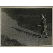 1929 Press Photo Golfer B. King plays out of sand at Walton Heath, Surrey
