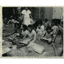 1931 Press Photo Children sorting cacao beans in Guayaquil, Ecuador - mjx02733