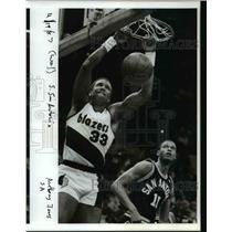 1987 Press Photo Steve Johnson of Blazers and Anthony Jones of San Antonio Spurs