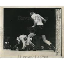 1948 Press Photo Gino Buonovino of Italy vs another boxer in NYC - net15010
