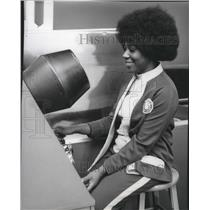1975 Press Photo Dorothy Doby X-Ray Machine Spokane International Airport