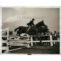 1931 Press Photo A woman rider take a jump on horse at a show - net10217