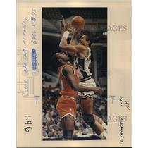 1986 Press Photo Mychal Thompson of the San Antonio Spurs makes a shot