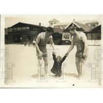 1913 Press Photo Kilbanes & daughter Mary Kilbanes at a beach - net11697