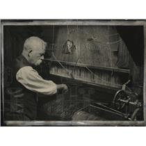 1925 Press Photo Oldest known method of weaving fabrics, the ancient hand loom