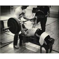 1981 Press Photo Robert Wieland demonstrating bench-pressing without legs.