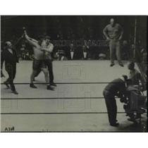 1927 Press Photo Two pugilists in a boxing bout as winner is declared