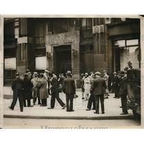 1930 Press Photo People outside the Air Ministry Offices in London - ney14486