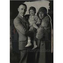 1926 Press Photo Aviator Lieutenant John A. Macready & Family - ney16471
