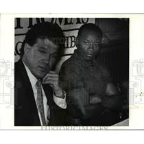 Press Photo Frank Minnifield listens to a question with his agent, Stan White