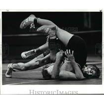 1985 Press Photo Greg Sexton (facing camera) of Elyria almost pins Dan Wade.