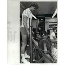 1982 Press Photo Dave Redding, Brown strength coach works with Don Futton