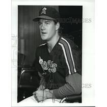 1989 Press Photo California Angels Pitcher Jim Abott at news conference.